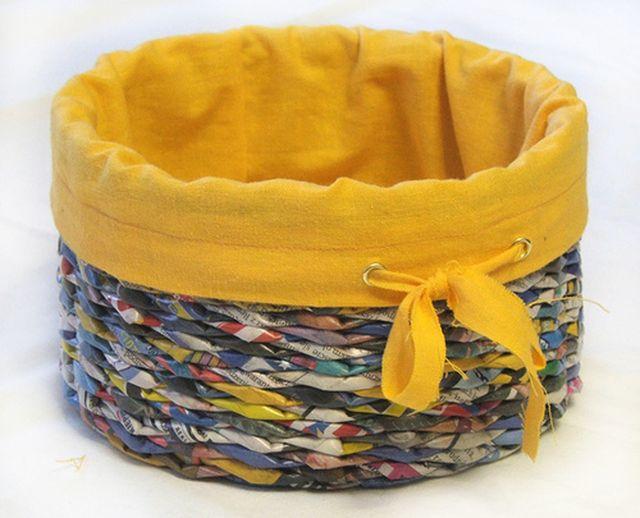 Круглая корзинка из ярких газетных трубочек со сменным чехлом