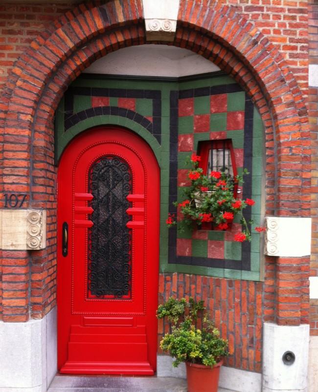 Лучшие входные двери в частный дом. Легкая деревянная дверь, дающая минимально необходимую степень защиты частного владения за счет кованой решетки