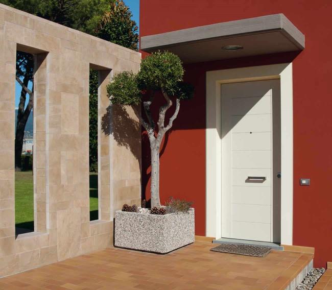 Лучшие входные двери в частный дом. Еще одна идея для подбора цветового сочетания: однотонная белая дверь с минималистичными аксессуарами на фоне ярких стен дома