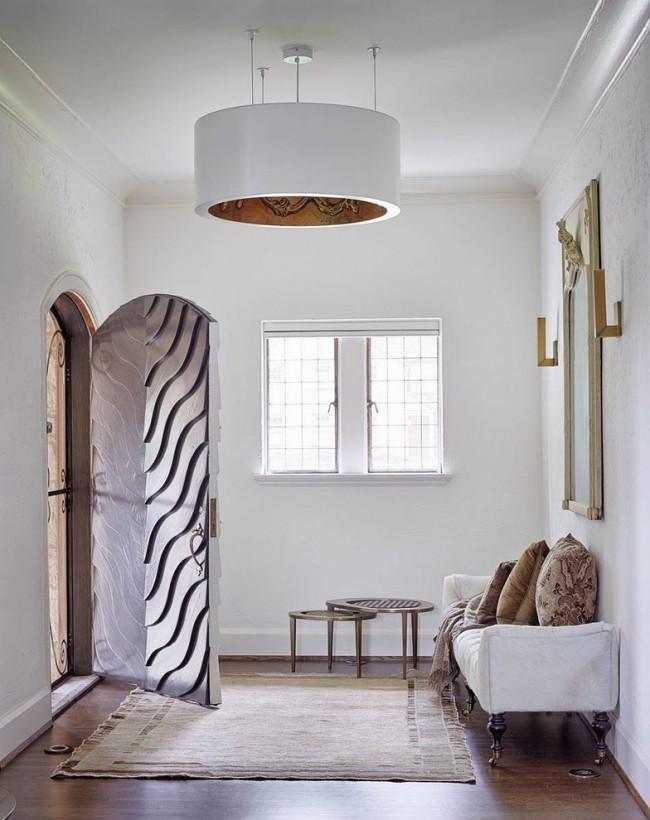 Лучшие входные двери в частный дом. Фешенебельные металлические двери с дополнительной декоративной кованой решеткой. Всё полотно двери украшает рельефный рисунок из металлических пластин