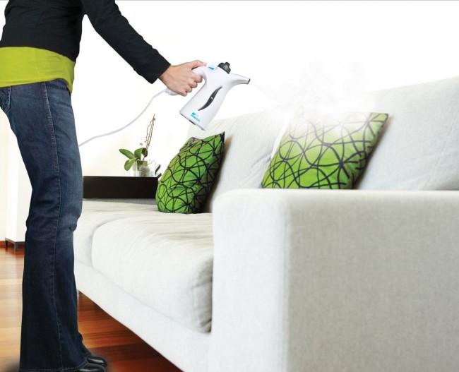Мягкая мебель и декоративные подушки отлично чистятся пароочистителем, и при его наличии химчистка им нужна только в самых крайних случаях