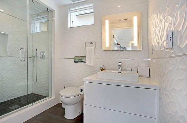 Рельефная плитка в ванной довольно трудно моется. Пароочистителем можно облегчить начальный этап этой процедуры, а после - без труда убрать остатки загрязнений мягкой губкой