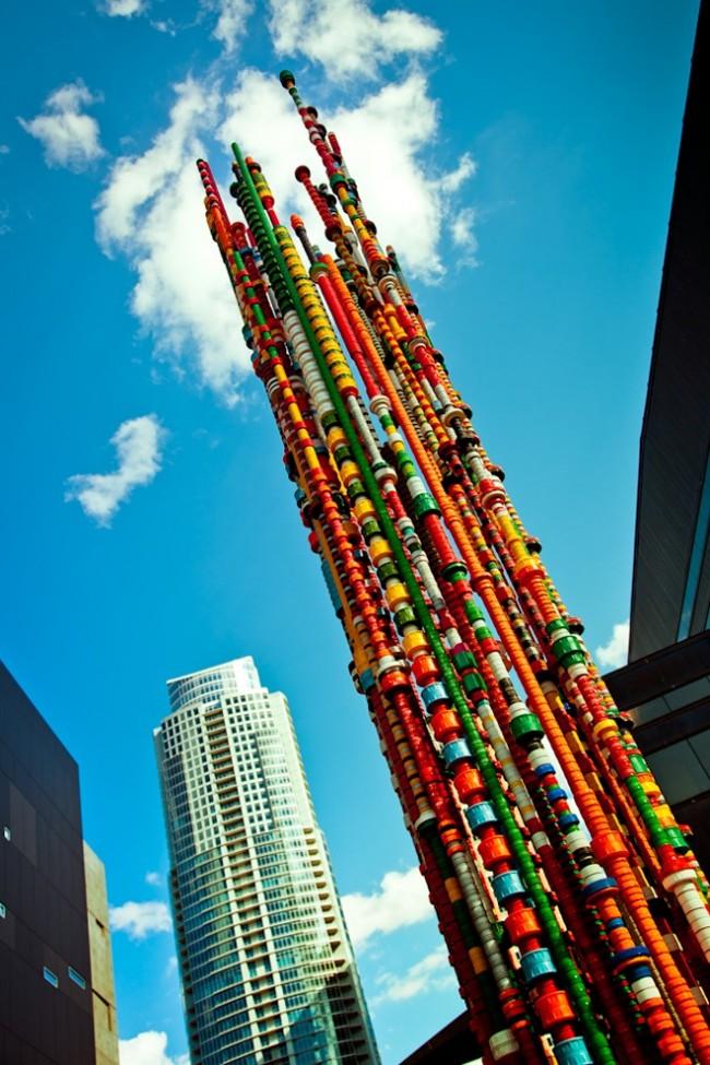 Поделки из пробок от пластиковых бутылок. Интересные разноцветные колонны получаются, если просто скреплять разные крышки одна над другой