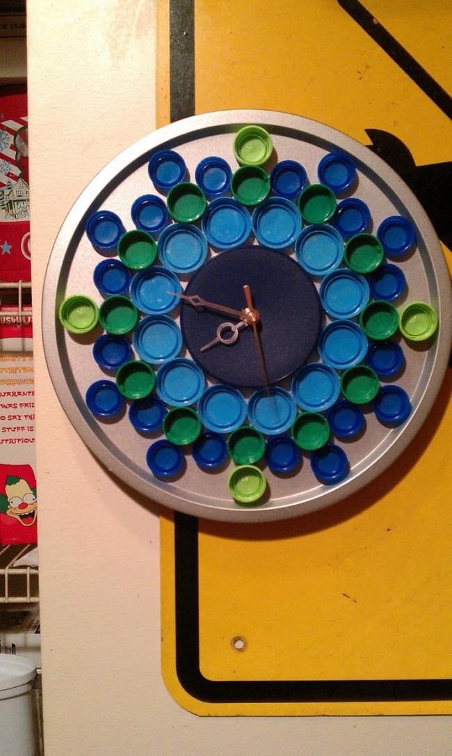 Поделки из пробок от пластиковых бутылок. Работающий часовой механизм можно пустить в дело, сделав для него циферблат из крышек, можно разного размера - это даст больший декоративный эффект