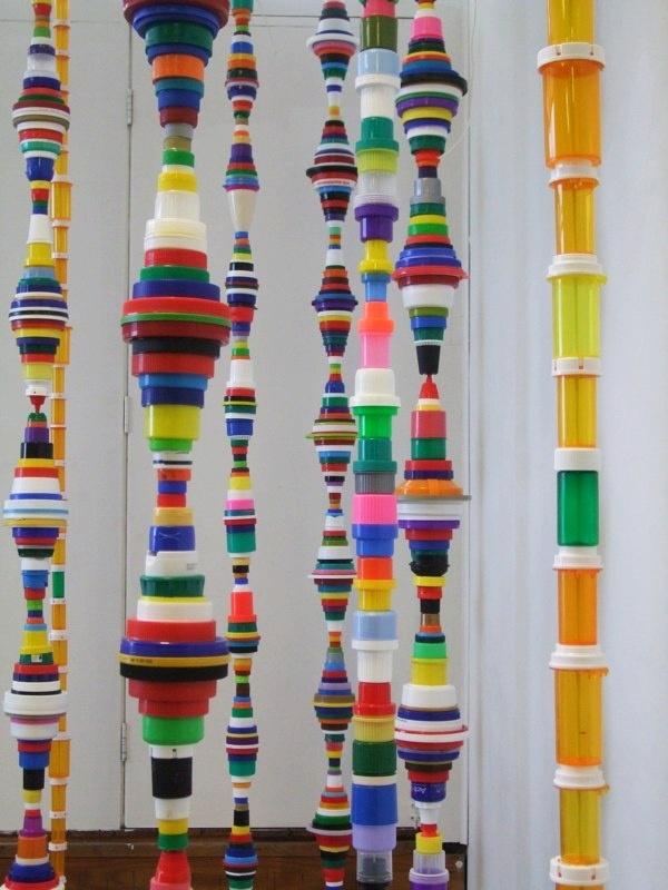 Поделки из пробок от пластиковых бутылок. Из скрепленных вертикально крышек разного размера получаются необычные подвесные украшения
