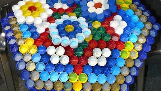 Поделки из пробок от пластиковых бутылок. Шестиугольный узорчатый массажный коврик