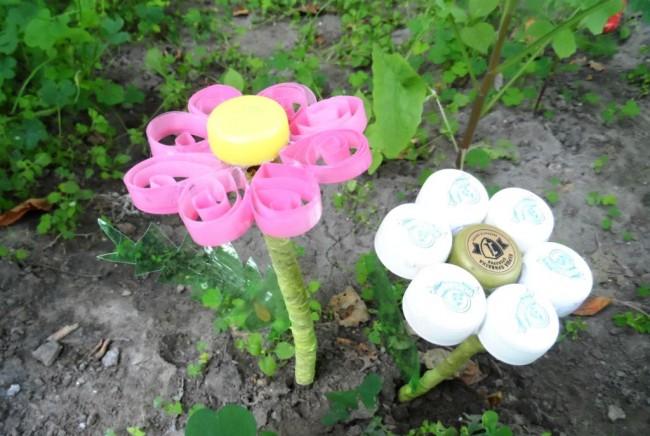 Поделки из пробок от пластиковых бутылок. Пластиковые яркие цветы для сада можно сделать в технике квиллинг (вырезав полосы-основу лепестков из бутылок) или как указано в пошаговом руководстве ниже