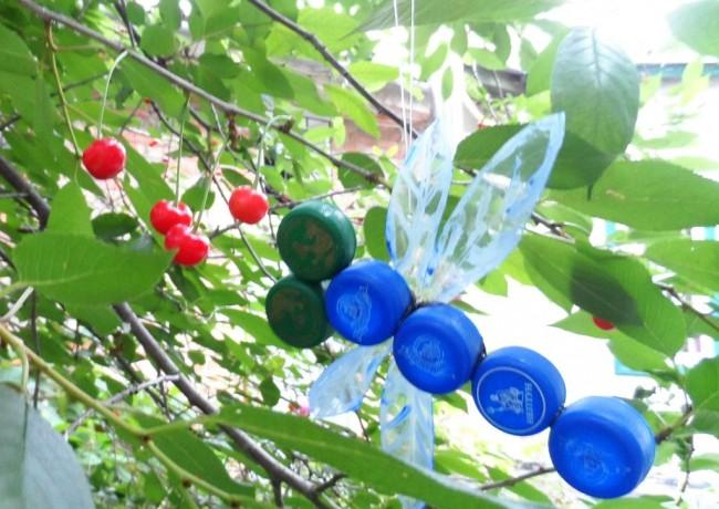 Поделки из пробок от пластиковых бутылок. Подвесное украшение для сада: яркая стрекоза из крышек пластиковых бутылок