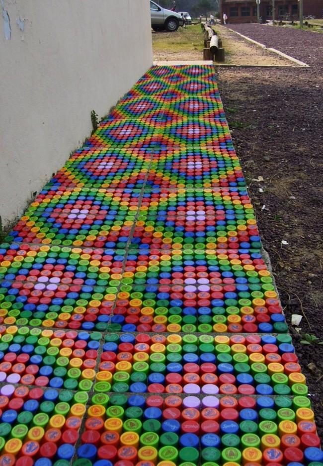 Поделки из пробок от пластиковых бутылок. Вместо скучной грунтовой дорожки на даче можно сделать радужную или мозаичную. Лучше, если она затенена - так крышки не выцветут очень долго