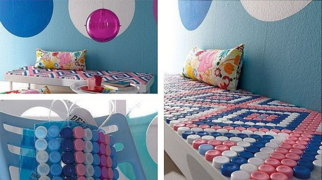 Поделки из пробок от пластиковых бутылок. Орнаментом из разноцветных крышек можно украсить садовый столик или лавочку