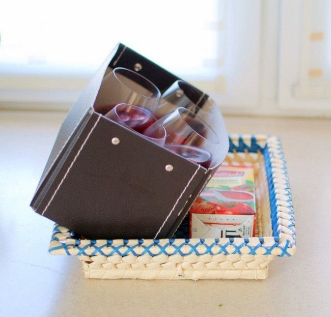 Рейтинг холодильников по качеству и надежности. Залейте полуфабрикат желе, приготовленный, как указано на упаковке, в бокалы. Поставьте бокалы в любую подходящую коробку и поставьте ее в холодильник под наклоном. Когда желе застынет, залейте его сверху йогуртом и отправьте в холодильник еще ненадолго. Желе-украшение для стола готово!