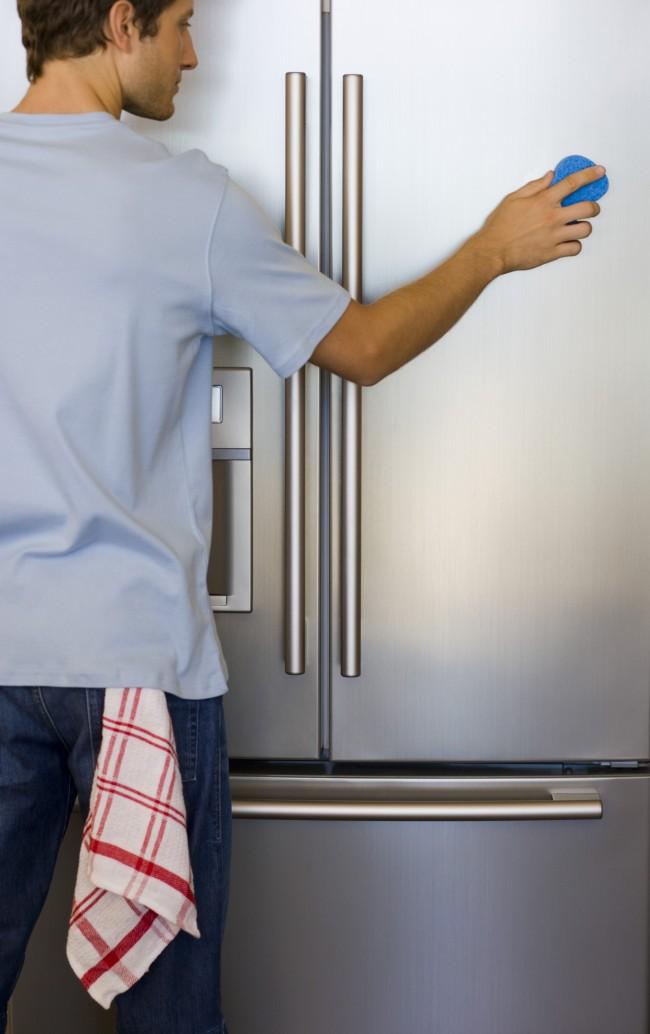 Рейтинг холодильников по качеству и надежности. При выборе холодильника обратите внимание на качество покрытия корпуса. Некоторые покрытия и расцветки очень красивые, но быстро пачкаются. Ориентируйтесь на будущую интенсивность эксплуатации этой техники, ее определяет в основном фактор количества членов семьи