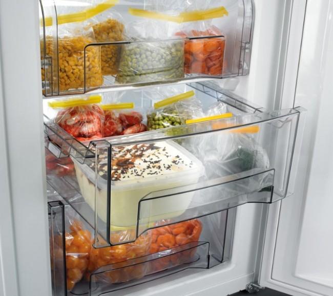 """Рейтинг холодильников по качеству и надежности. Продукты лучше хранить фасованными в холодильниках любого типа, но в специальном ящике """"зона свежести"""" овощи и фрукты можно хранить около недели-двух без потери сочности и свежести"""