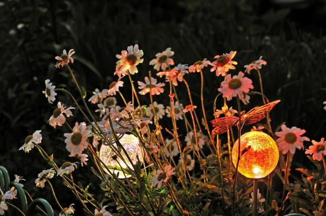 Светильник на солнечных батареях садовый уличный. Бесконечное множество цветов и рисунков - у сферических стеклянных светильников. Они могут имитировать муранское стекло, потрескавшийся горный хрусталь и так далее