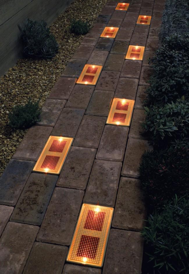 """Светильник на солнечных батареях садовый уличный. Для садовых дорожек существуют встраиваемые стеклянные """"кирпичи"""" на солнечных батареях. Они устанавливаются вровень с тротуарной плиткой, а срок гарантии производителя об их безотказной работе - самый внушительный"""