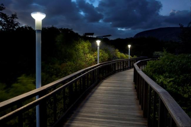 Светильник на солнечных батареях садовый уличный. Минималистично оформленные парковые фонари обеспечивают достаточно яркое освещение и оснащены батареями солидной емкости