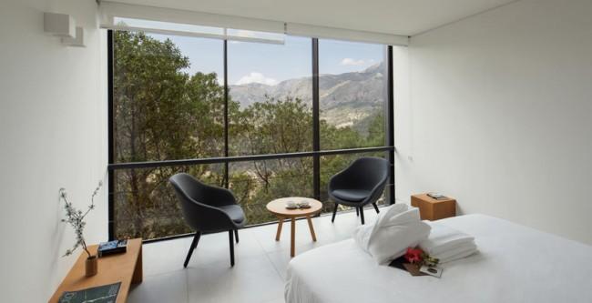 Панорамные окна открывают вид на живописную природу