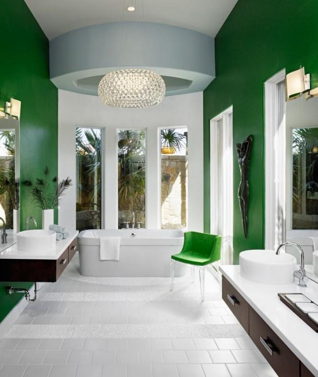 Влагозащищенные светильники для ванной комнаты. Мягкая подсветка всех основных зон ванной: рассеянный свет под стеклянным абажуром подвесного светильника, точечные потолочные светильники, а также настенные над зеркалами