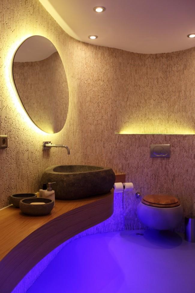 Влагозащищенные светильники для ванной комнаты. Скрытая LED-подсветка может быть любого цвета и безупречно подходит для подчеркивания мебели, контуров стен, зеркал и прочего