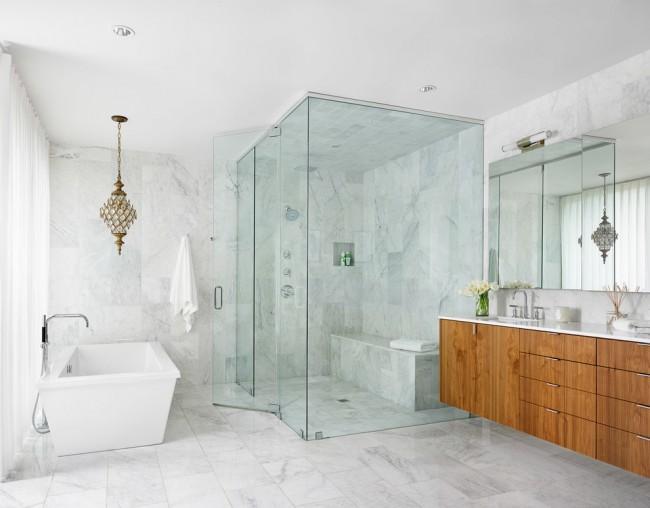 Влагозащищенные светильники для ванной комнаты. Настенные и встроенные точечные светильники могут быть нейтральными, тогда как один подвесной потолочный становится ярким акцентом ванной комнаты