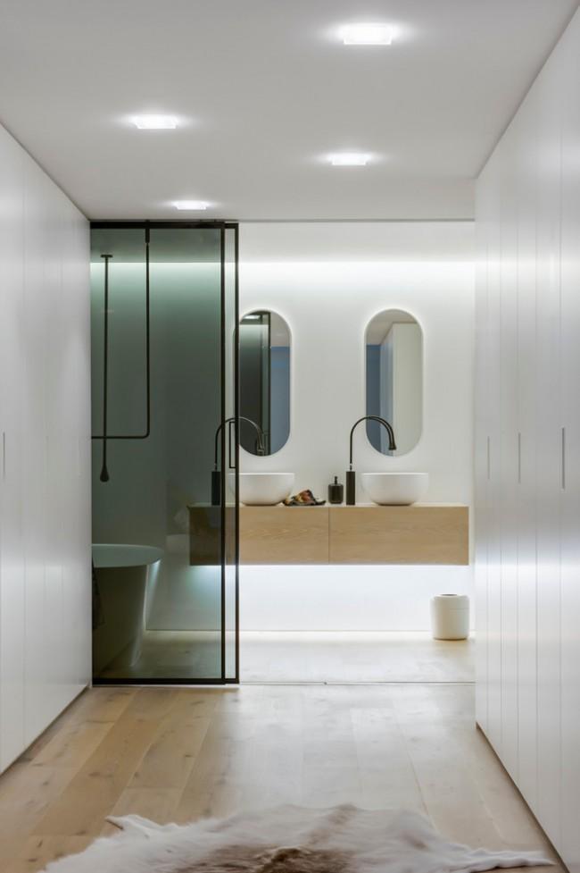 """Влагозащищенные светильники для ванной комнаты. Встроенные потолочные светильники эффектно дополняются мягкой """"нижней"""" диодной подсветкой"""