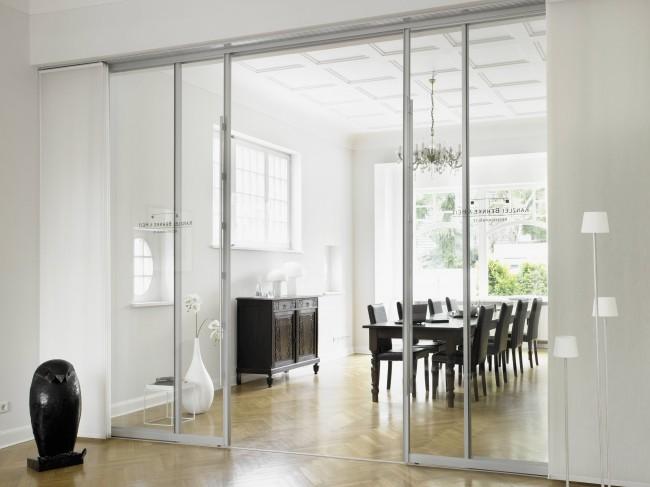 С помощью стеклянных дверей можно зрительно расширить помещение