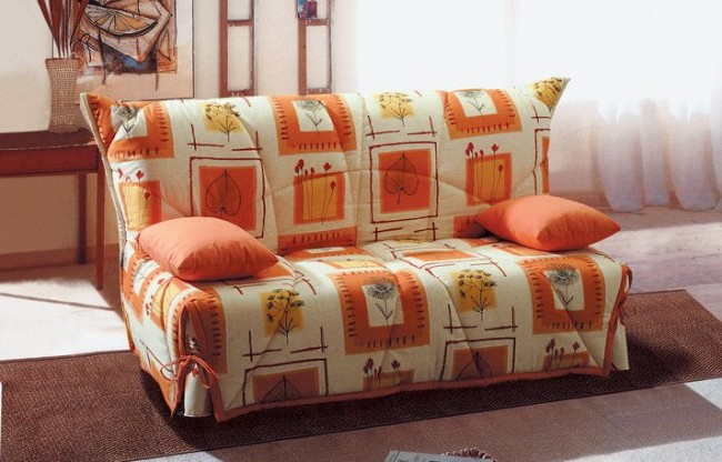 С помощью чехла вы сможете защитить от загрязнения ваш диван или попробовать обновить его дизайн