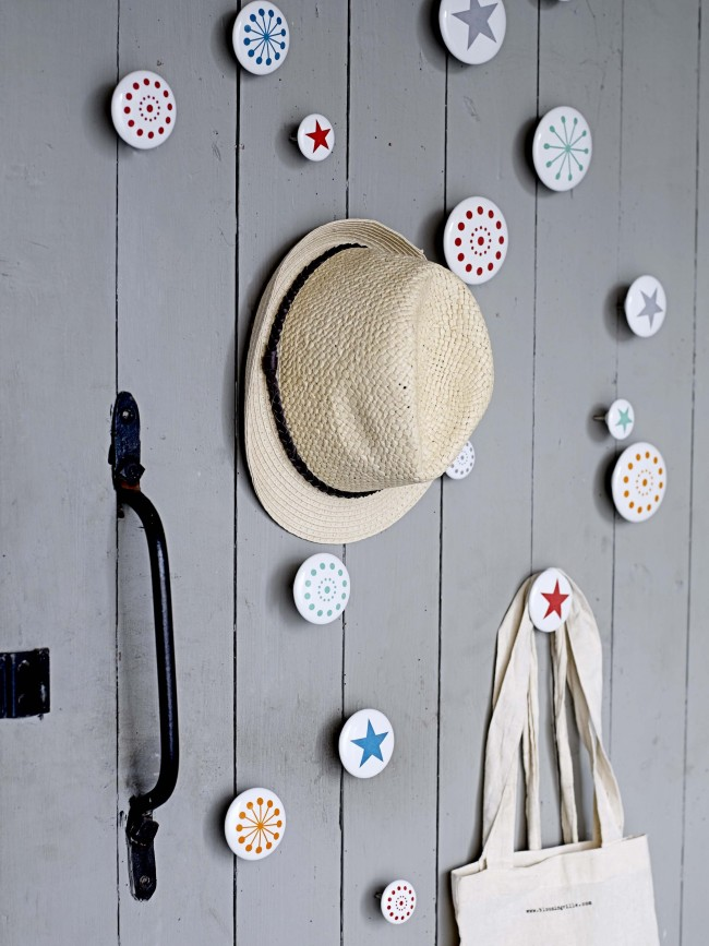 Настенная вешалка - удобный и стильный способ хранения одежды