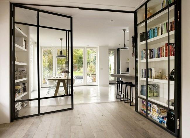 Атмосферный домашний интерьер со стеклянными дверями
