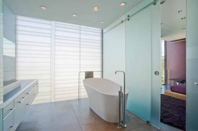 Светлая ванная комната с раздвижной дверью