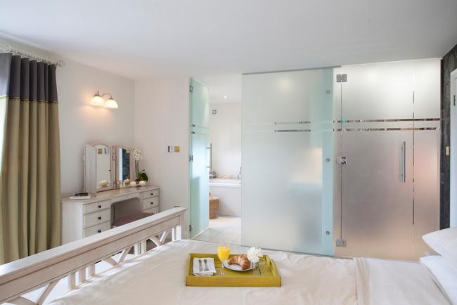 Умелое разделение комнаты на две зоны — прием, позволяющий с максимальной пользой задействовать каждый уголок помещения