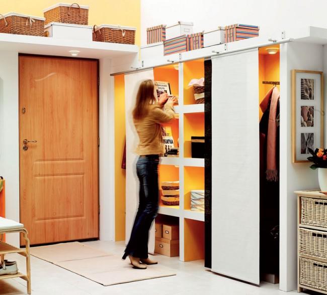 В шкафу, построенном своими руками, можно продумать множество полок и ниш для хранения вещей