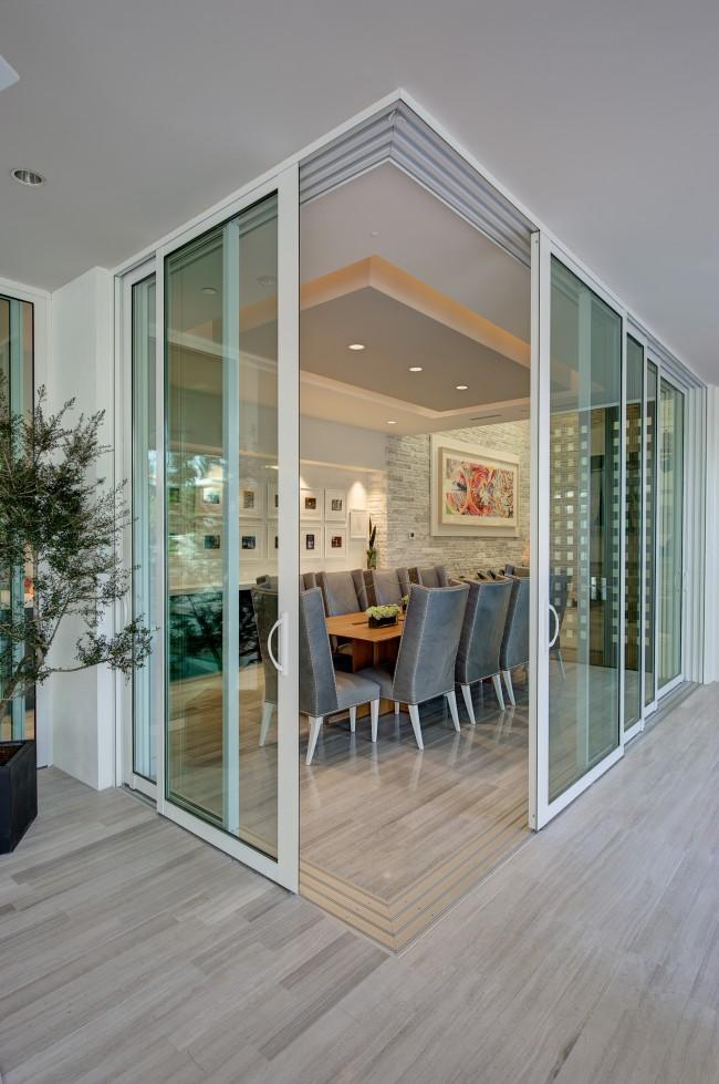 """Стеклянные двери гармонично """"вписываються"""" в классический интерьер столовой"""