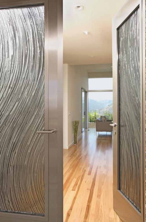 Межкомнатная стеклянная дверь с оригинальным оформлением в виде разводов на металле