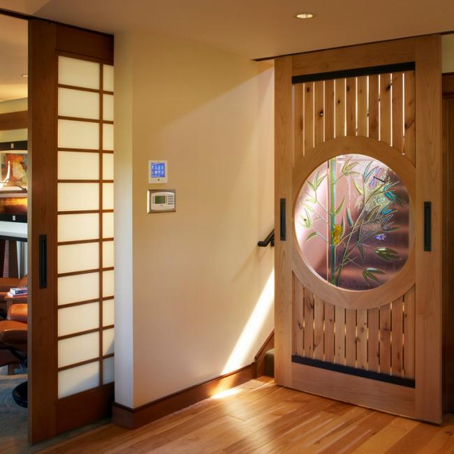 Оригинальная раздвижная дверь с витражом