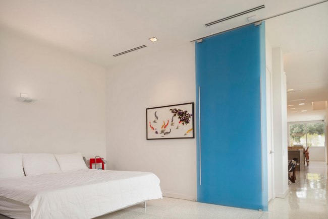 Раздвижная стеклянная дверь с матовым голубым стеклом