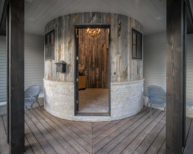 Необычная и стильная конструкция: баня цилиндрической формы с опоясывающей ее террасой