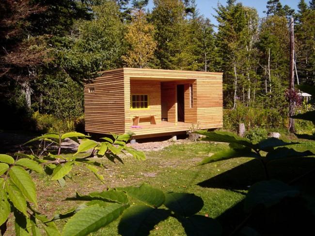 Расположенная на небольшой террасе лавочка позволяет после бани наслаждаться окружающими природными красотами