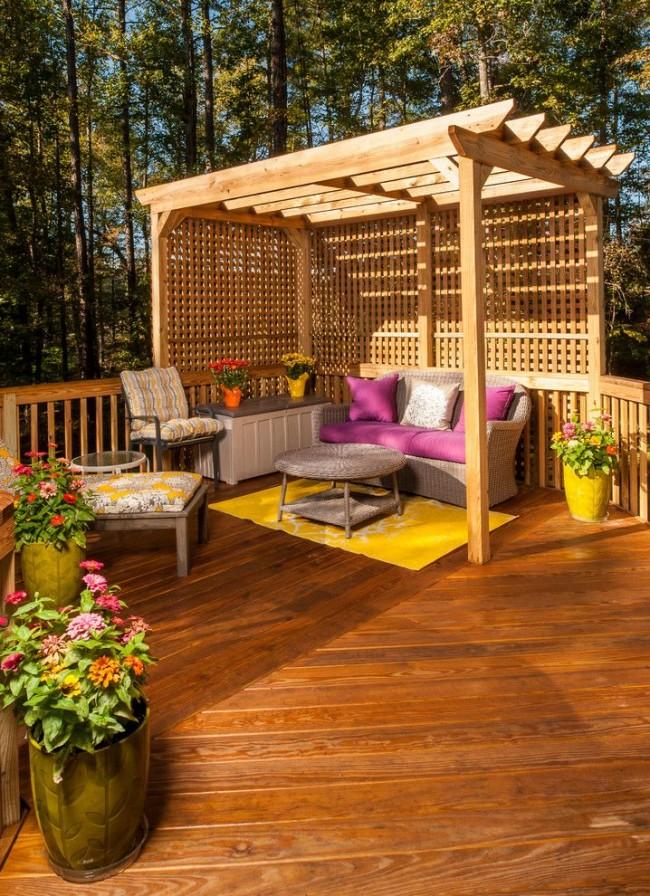 В уютной деревянной перголе прекрасно проводить время