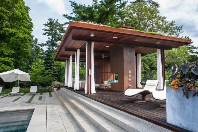 Просторная беседка из дерева со шторами в стиле модерн