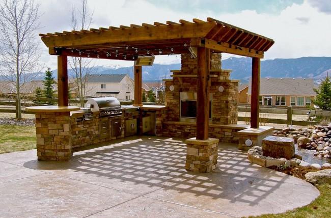 Просторная беседка, способная вместить печь-камин, гриль и зону со столом и лавками