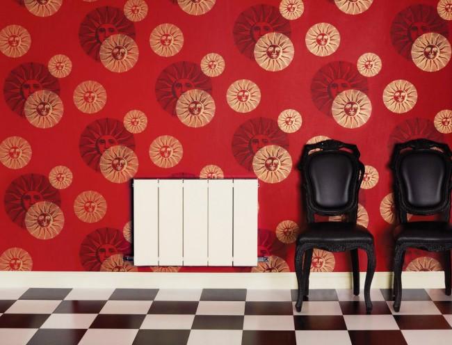 Белый классический секционный радиатор на фоне красной стены