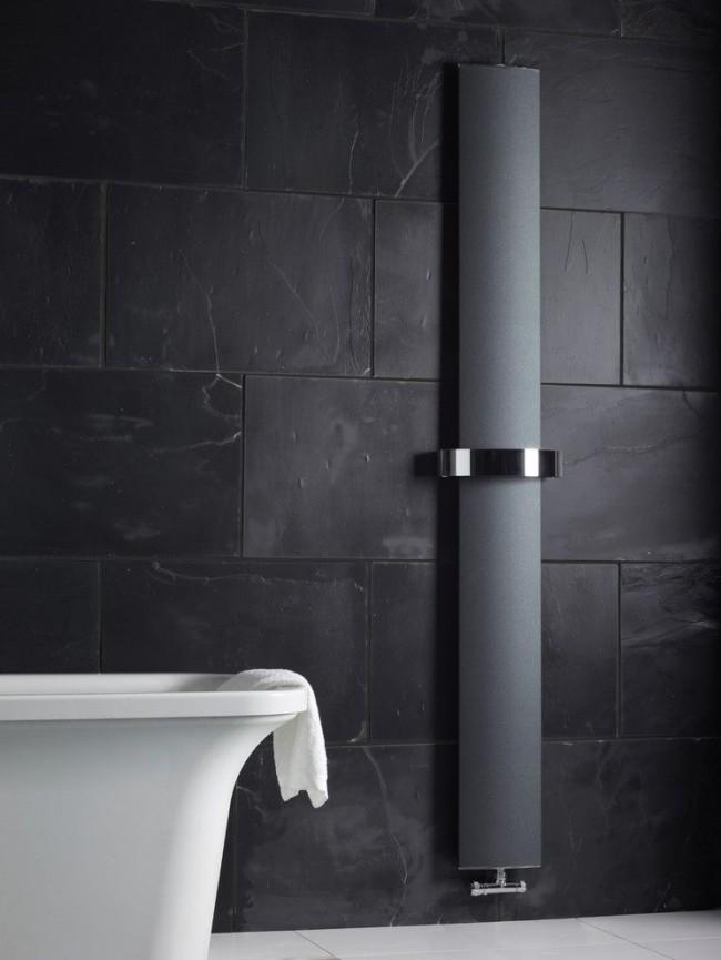 Эффектный радиатор с черной матовой поверхностью в ванной комнате