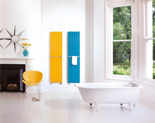 Ванная комната с цветными биметаллическими радиаторами