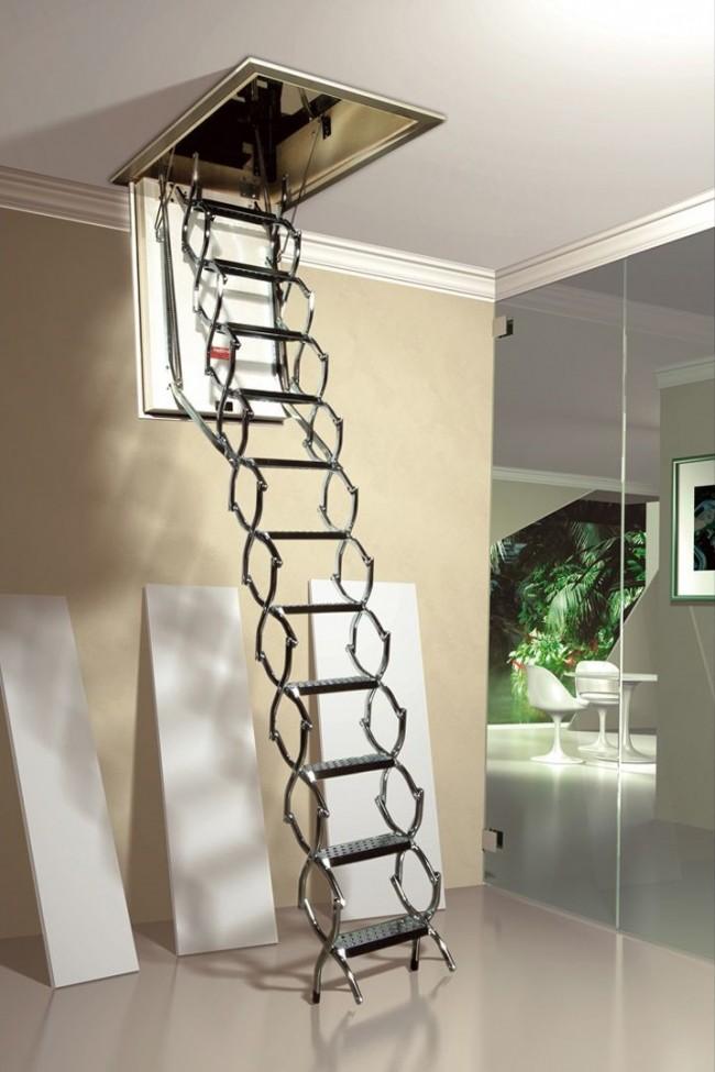 Складная лестница - красивый и необходимый элемент в доме с чердаком