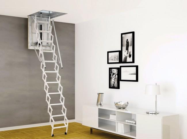 Изящная чердачная лестница белого цвета дополняет минималистичный интерьер