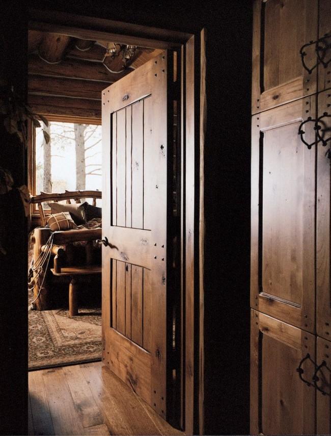 Деревянная дверь в стиле рустика