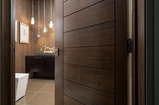 Деревянные двери можно устанавливать и в ванной комнате