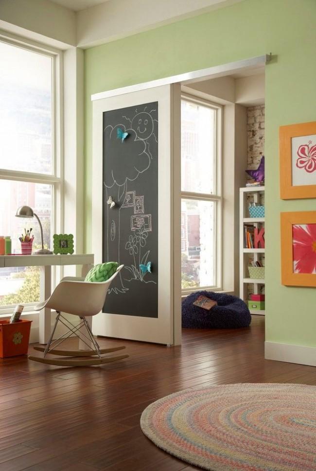 Деревянная дверь с доской для рисования в детской комнате