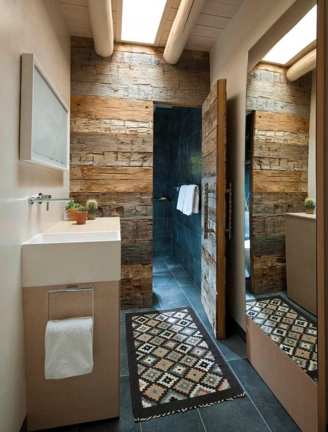 Деревянная дверь и стена с одинаковой шикарной отделкой